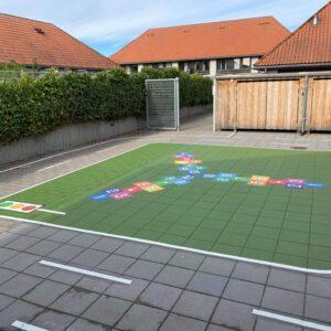 Thermplast grafik i skolegård