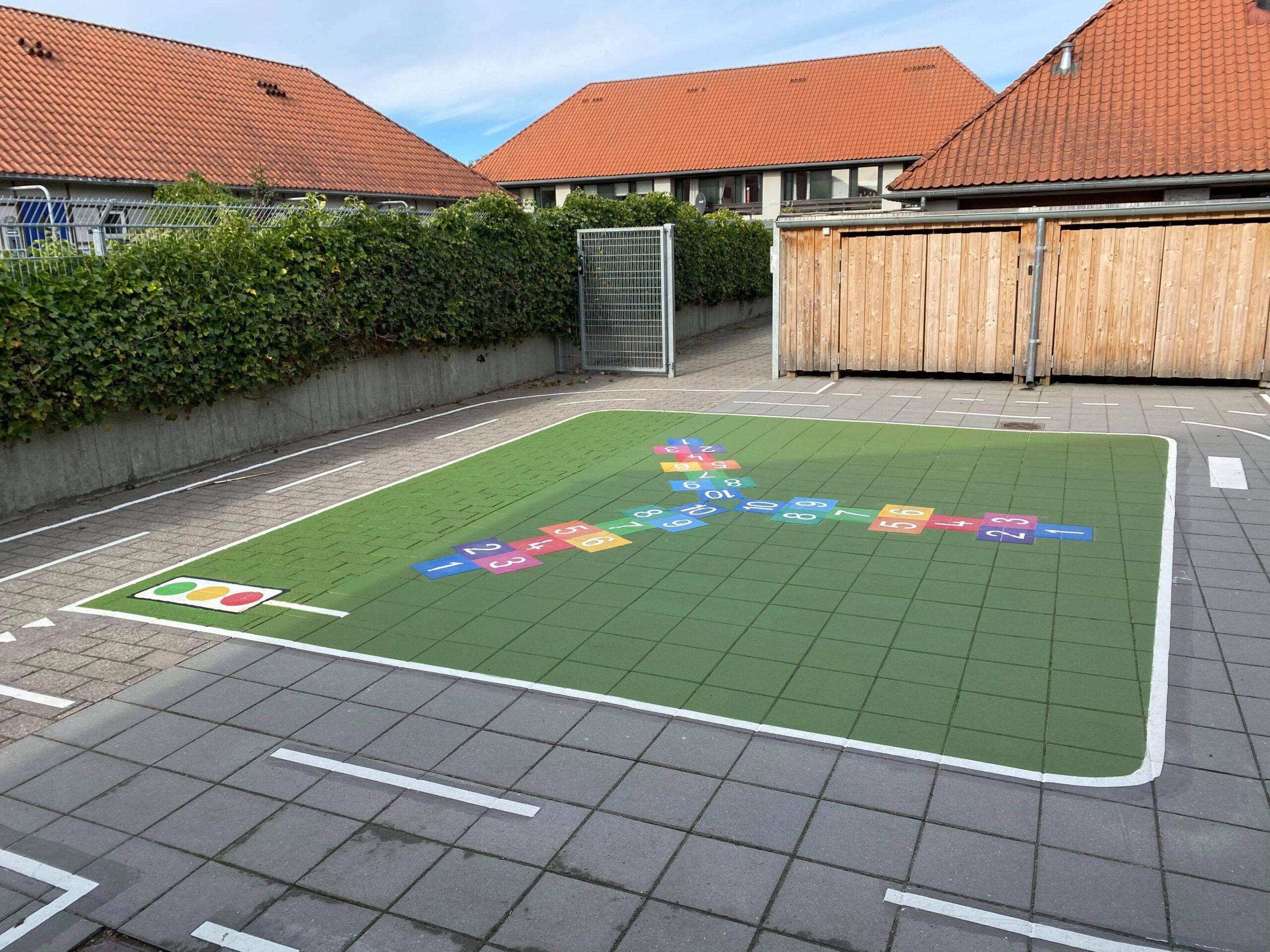 Skolegård med hinkerude grafik